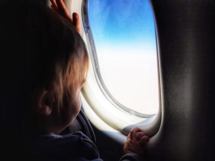 bebe-ventana-avion-amarviajarblog